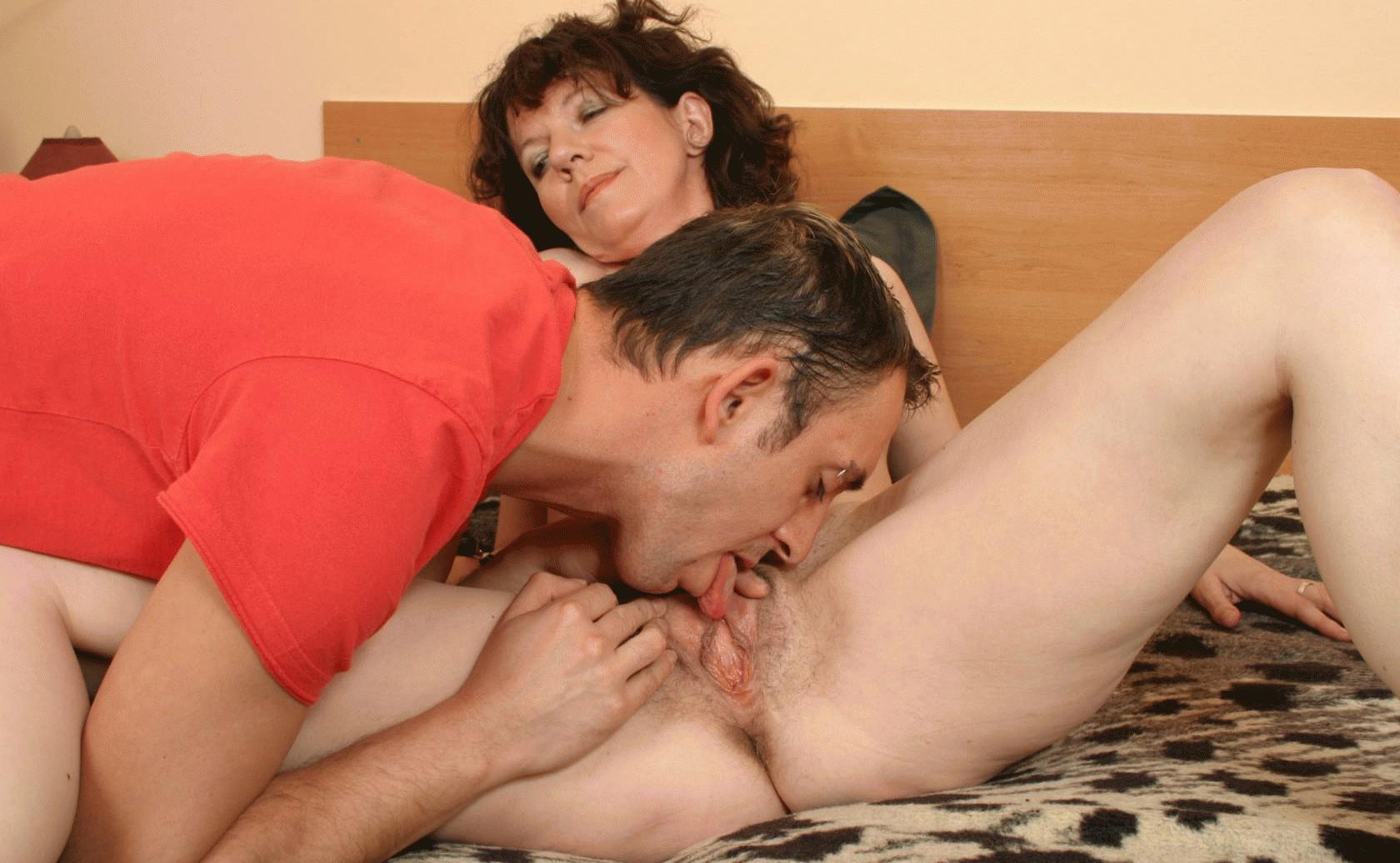 Порно с зрелой женщиной и парнем