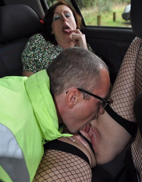 Hon blir så kåt när han slickar fittan i bilen