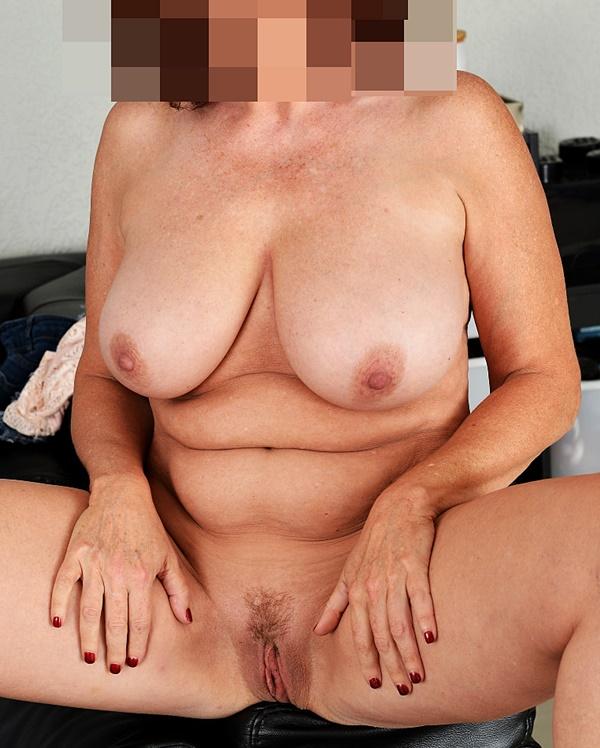 Amelia är naken och helläcker