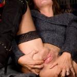 Med en fingertopp som smeker området runt anus då blir det skönt