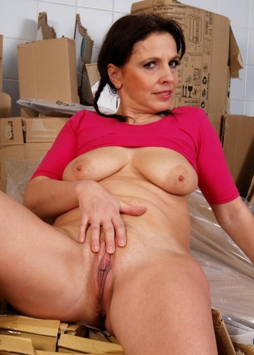 Kvinnan visar sina fina bröst och onanerar