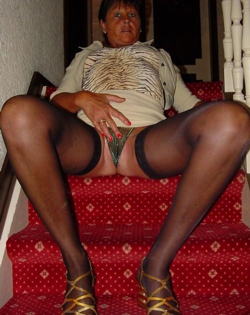 En kåt kvinna som sitter i trappen