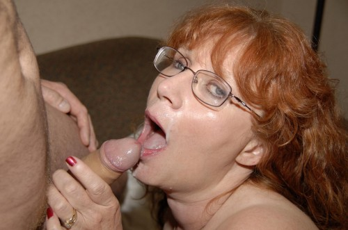 Han sprutar i hennes mun
