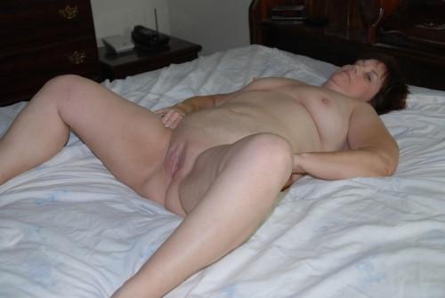 En kåt kvinna i sängen