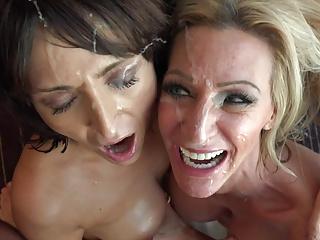 Sprut på Bella och Amelias ansikte när det går för Pino