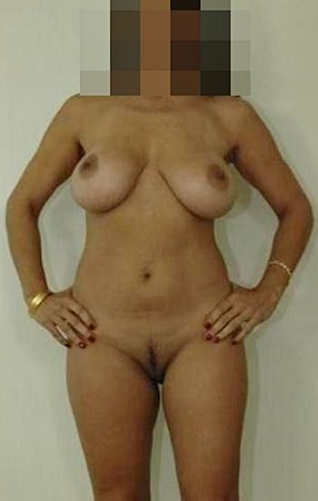 Amelia står helt naken