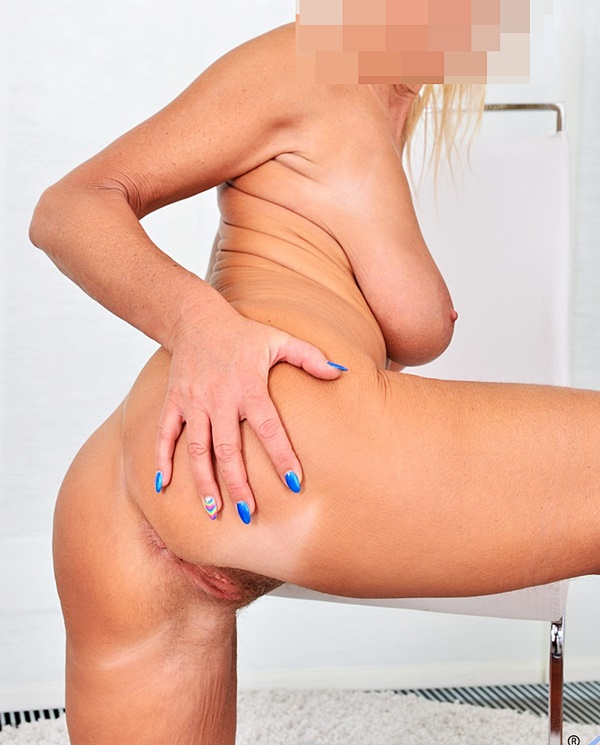 Carin med en naken hälsning