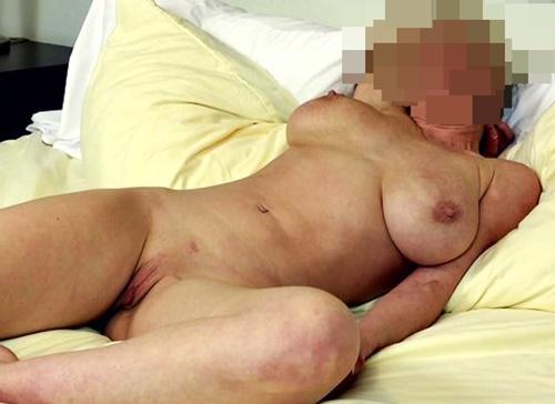 Amelia visar fittan i sängen