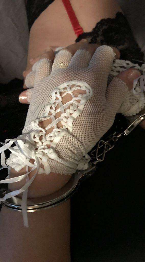 Handbojor ger Marie en orgasm